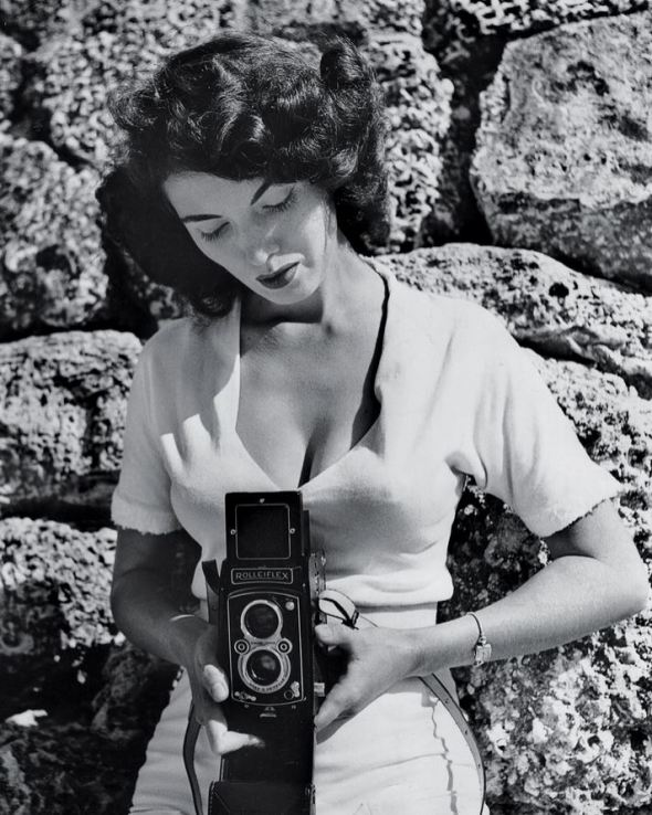 bunny-yeager-self-portrait-with rolleiflex