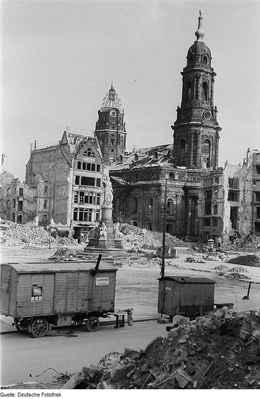 fotothek_df_ps_0000377_002_ansicht_mit_siegesdenkmal_rathausturm_und_kreuzkirch
