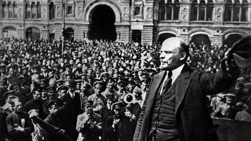 1919 Vladimir Lenin addressing soldiers in Moscow's Red Square (retourne)