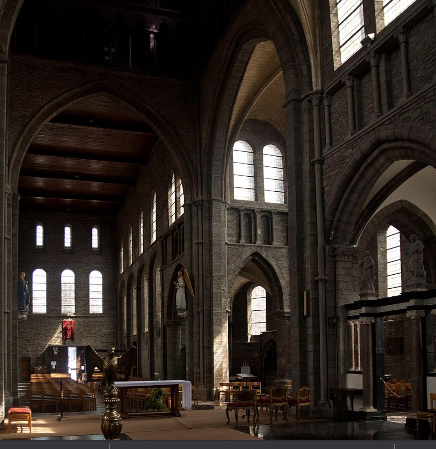 Saint Quentin (Sint-Kwintenskerk) de Tournai vers le portail