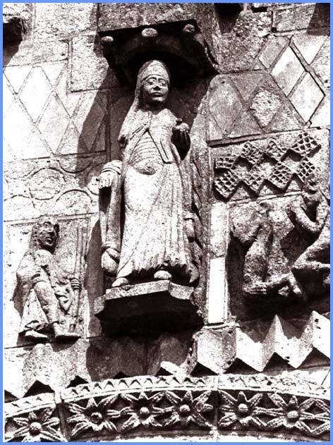 Statue de la Vierge médiatrice façade occidentale 1095-1130 abbatiale de Saint Jouin de Marnes