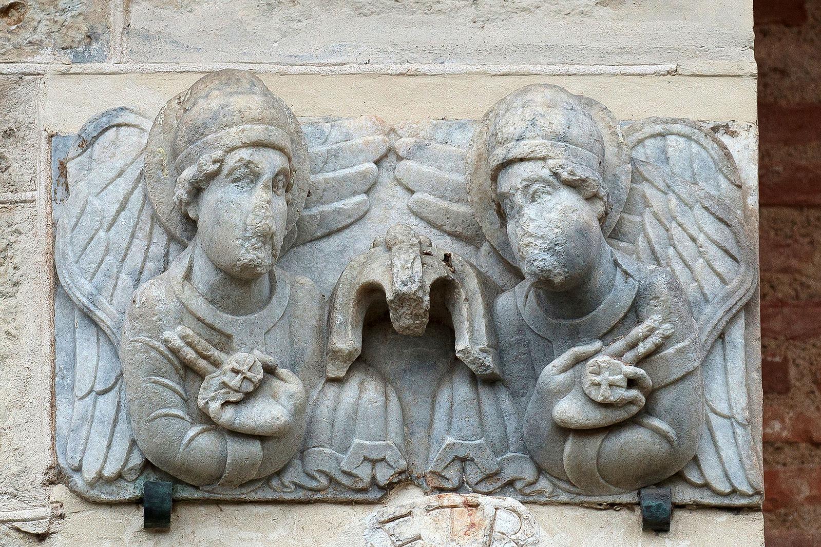 Porte Miegeville Saint sernin de Toulouse Deux_anges presentent le sceau de Dieu
