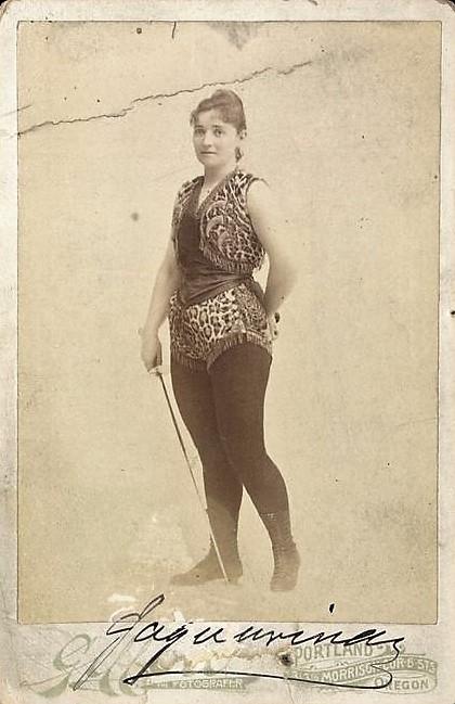 1885 ca Ella Hattan La Jaguarina escrimeuse