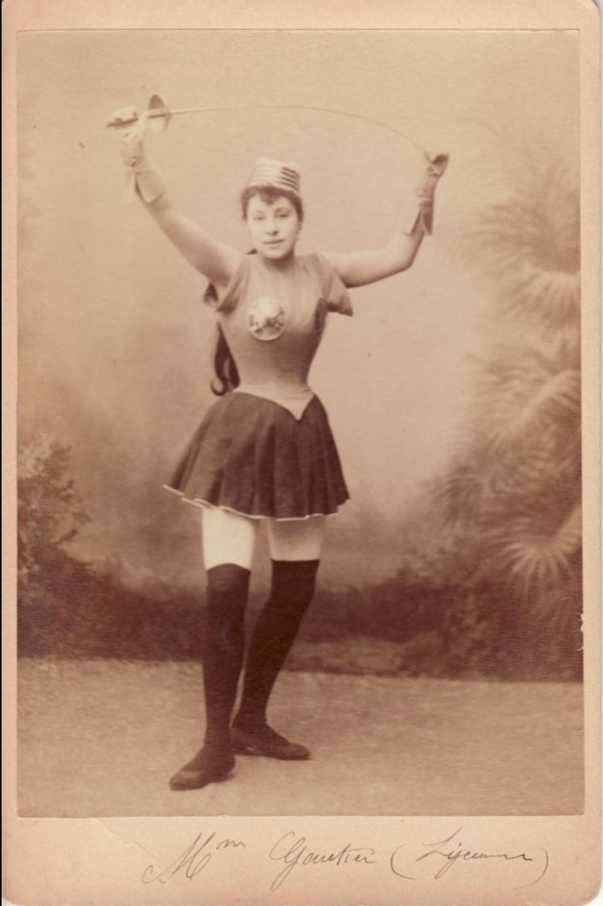 1890 ca Portrait en pied de Madame Gautier, danseuse, en tenue d'escrime Musee Carnavalet 2