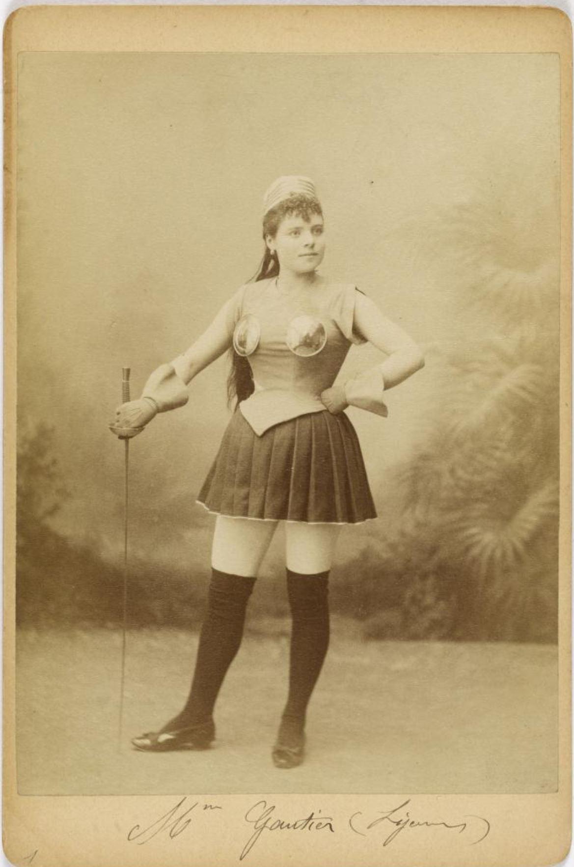 1890 ca Portrait en pied de Madame Gautier, danseuse, en tenue d'escrime Musee Carnavalet