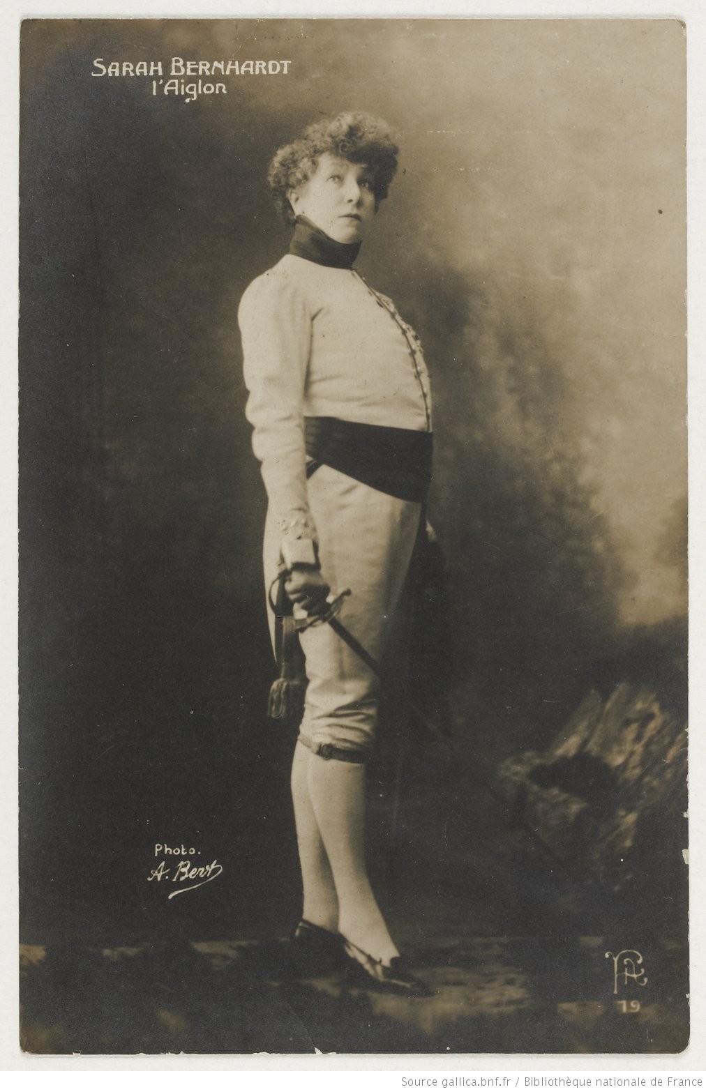 1899 ca Sarah-Bernhardt-dans-AiglonCarte postale A Bert Gallica