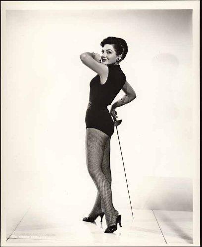 1956 1 janvier Valarie French (fencing foil pose) publie par Columbia Pictures