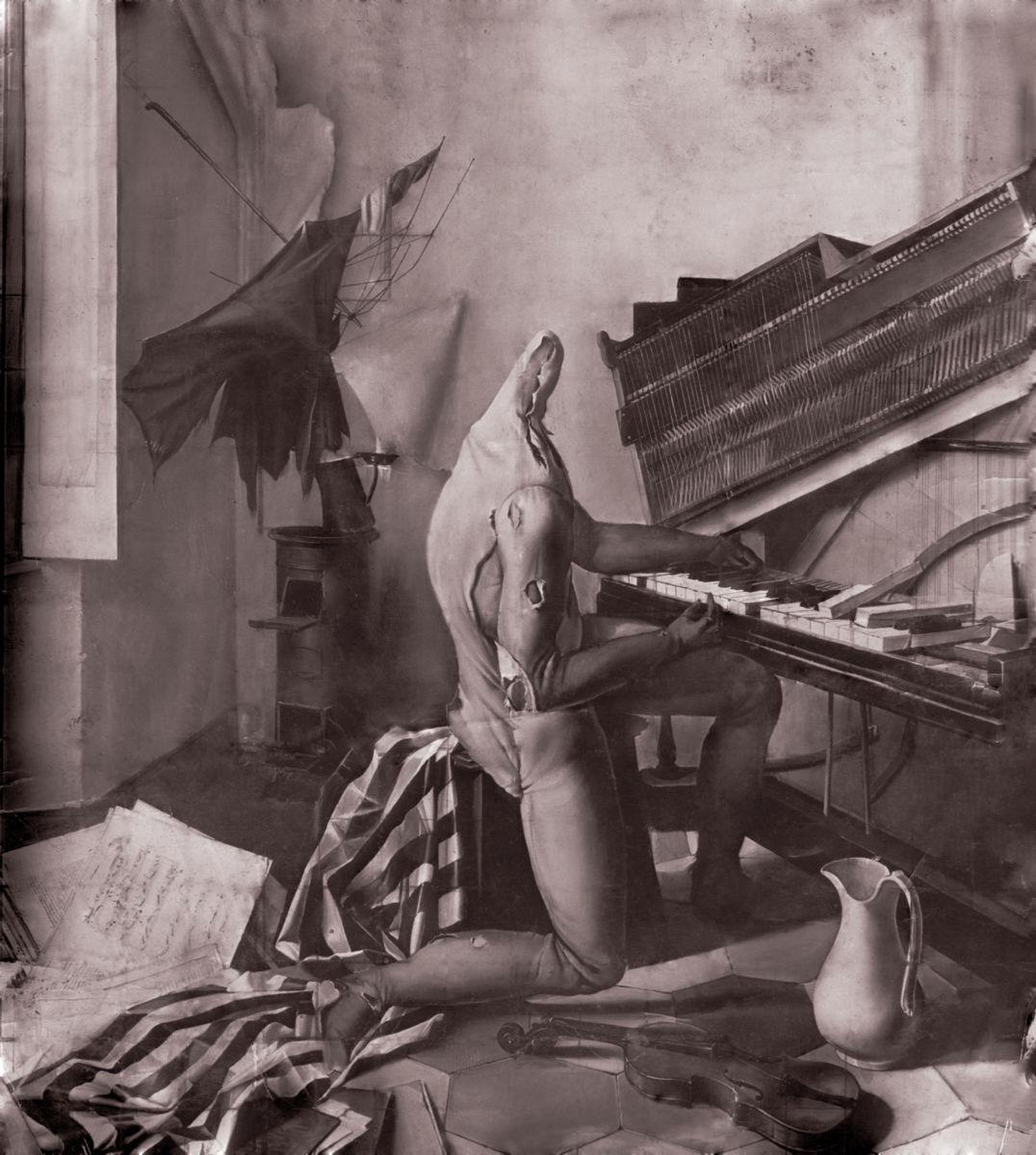 Adriano Gajoni 1946 manichino al pianoforte