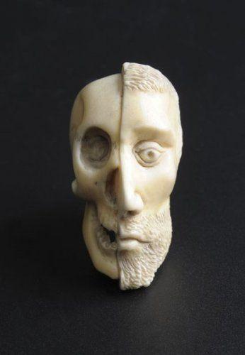 Grain terminal de chapelet en ivoire sculpte. Probablement XVIIIe siecle